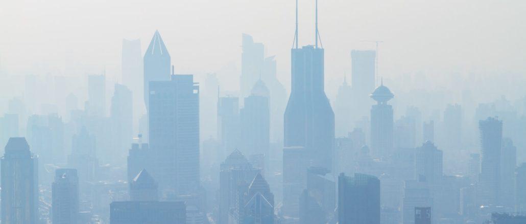 Puxi, centre historique de Shanghaï (Chine)., sous un épais nuage de pollution