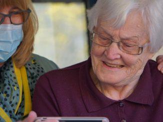 Une personne âgée discutant avec une infirmière.