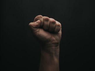 Un poing levé, symbole de révolte.