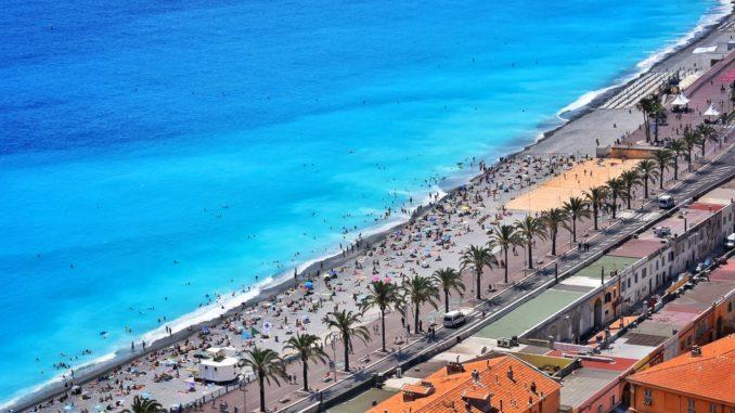 Plages et promenades au bord de la mer à Nice, France.