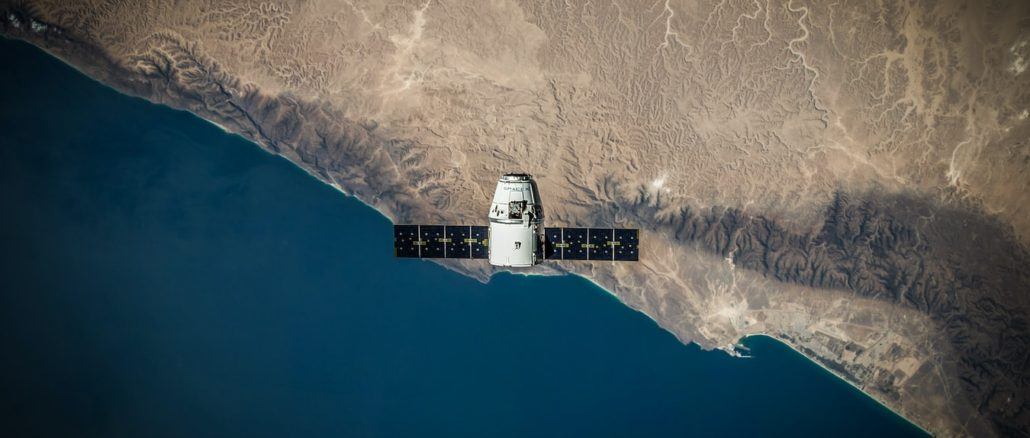 Un satelitte au-dessus d'une zone côtière.