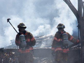 Des pompiers américains luttant contre un incendie à Vestal Elementary School, Portland, Etats Unis.