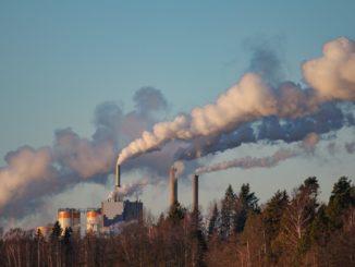La fumée s'élevant vers le ciel des cheminées d'une papeterie en Suède.